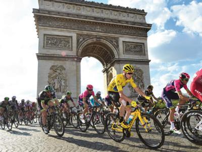 Tour de France passing the Arc de Triomphe in Paris