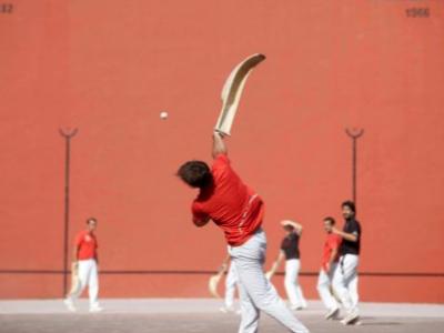 Playing pelotte basque
