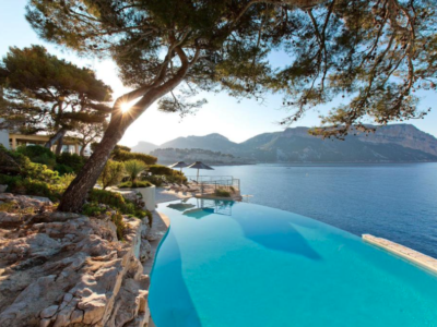 The swimming pool of the Hotel Roches Blanches in Cassis overlooking the Mediterranean